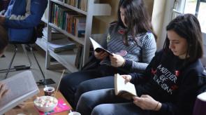 Gjithecka_per_librin_1_Te_rinjte_duke_lexuar_librat_nga_minibibloteka_e_projektit_.jpg